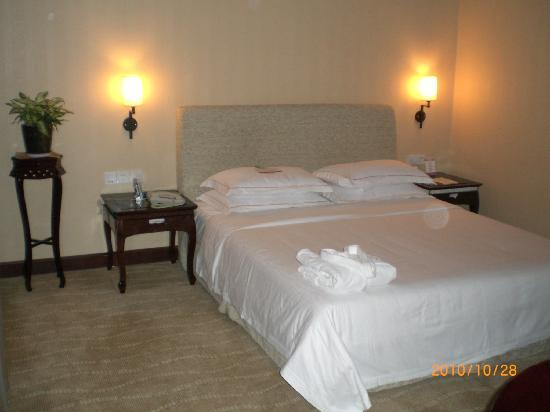 Ramada Xiamen: Comfy bed in bedroom