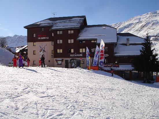 Hotel Les Carrettes: l'hotel vue du bas des pistes