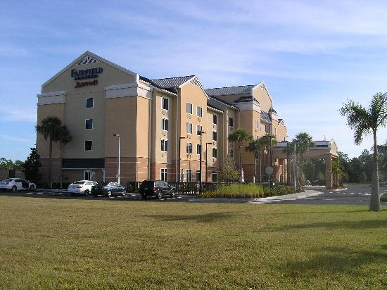 Fairfield Inn & Suites by Marriott Naples: exterior from the entrance road