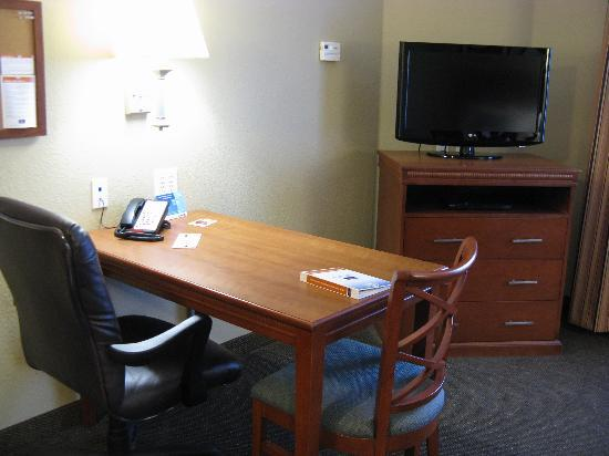 Candlewood Suites Tallahassee: Desk and TV