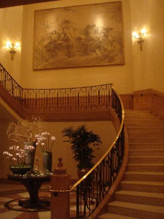 Four Seasons Hotel Las Vegas: staircase to mandelay