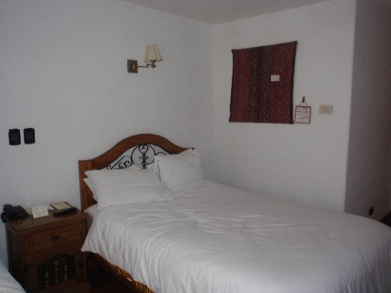 Casa San Blas Boutique: Our bed...great down comforter and linens!