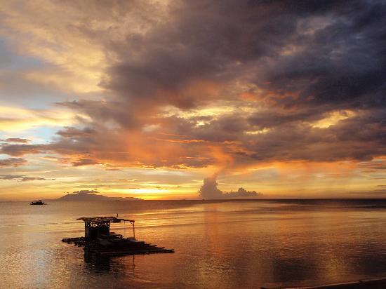 Lian, Filipina: sunset view from resort
