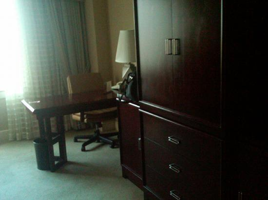 InterContinental Hotel Cleveland: Bad picture, but desk and tv, mini bar