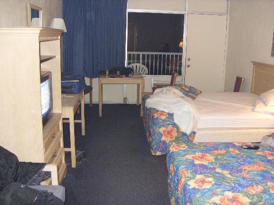 Bermuda Sands Motel: veiw of room from entrance door