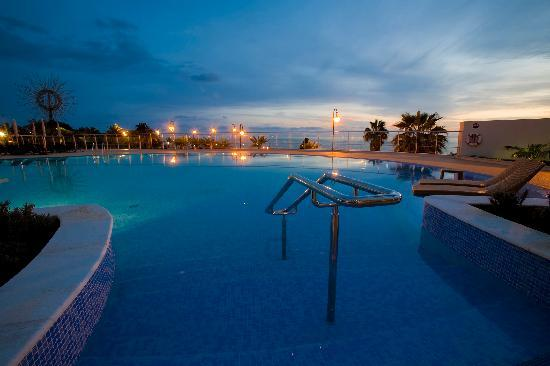 Melia Madeira Mare Resort & Spa: Pool at Dusk