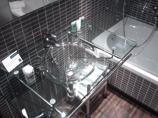 AC Hotel Milano: Transparent washbasin..!