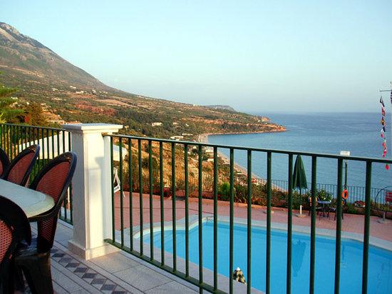 Garbis Villas & Apartments: 2 bedroom balcony