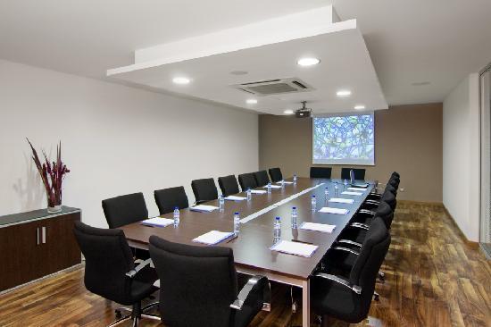 Habitaci n individual con ba o privado aire acondicionado for Sala de reuniones