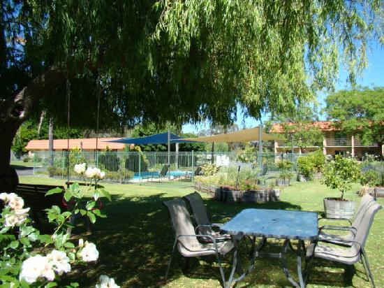 Comfort Inn Busselton River Resort : pool and units