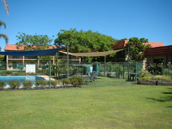 Comfort Inn Busselton River Resort : units and pool