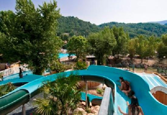 Volonne, فرنسا: Piscines avec toboggans aquatiques
