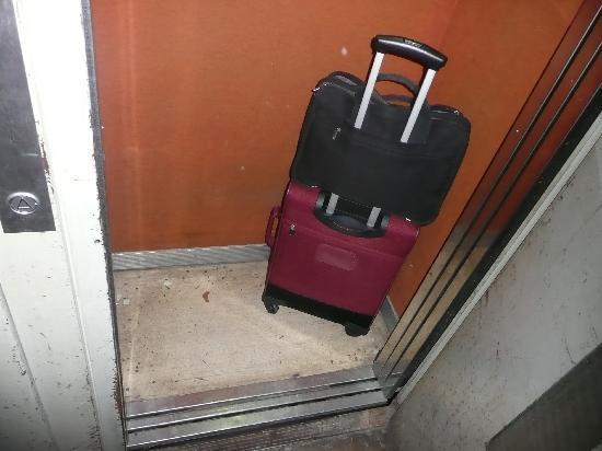 HOTEL DU DAUPHIN : Este es el ascensor que sube al hotel. Imaginaros el resto...