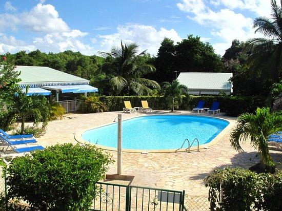 Village de Menard: La piscine et le restaurant du village de Ménard