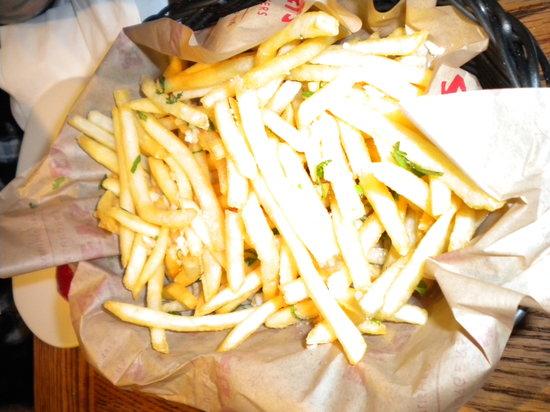 Barney's Gourmet Hamburgers : Garlic Fries