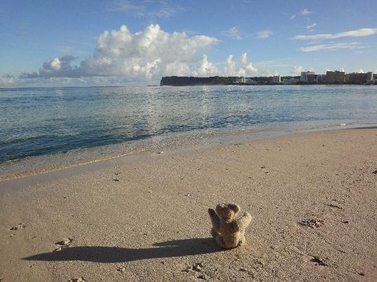 Γκουάμ, Νήσοι Μαριάνες: ビーチの朝。遠くに見えるのは恋人岬。