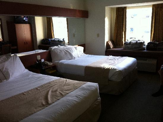 Microtel Inn & Suites by Wyndham Cherokee: 2-queen bed room