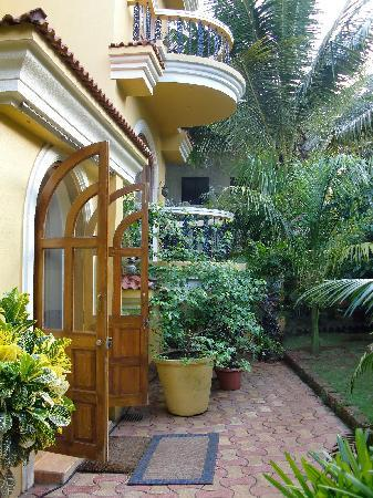 Bougainvillea Guest House Goa: Entrance of the building