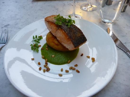 مانترا تشارلز هوتل: Good chefs, great wait staff, tasty food.