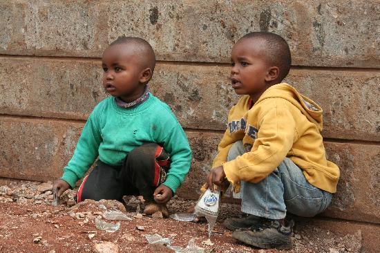 Tour durch Kangemi (Slum) : Kinder spielen mit Glas