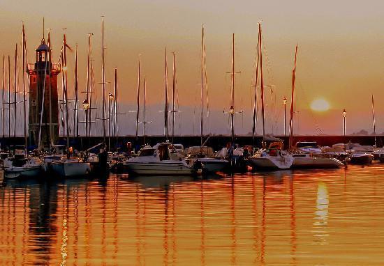 Desenzano del Garda, Italia: Desenzano Harbour at dawn