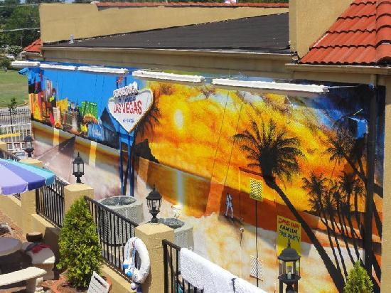 Days Inn Memphis at Graceland: Days inn mural by day