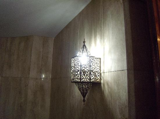 Casablanca, Marokko: Une des lampes de la mosquée