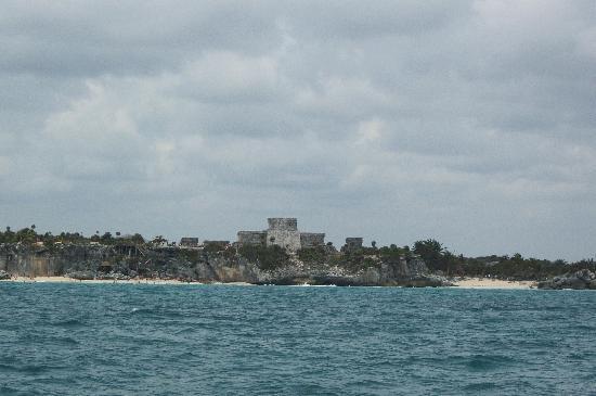 Tulum mayaruiner: Première vue des ruines, à bord du Catamaran