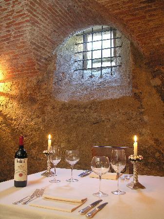 Villa di Piazzano : dining in the cellar