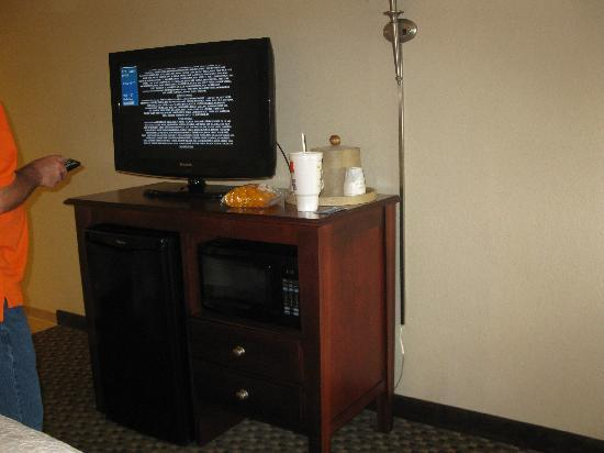 Hampton Inn Beckley: tv/fridge/microwave area