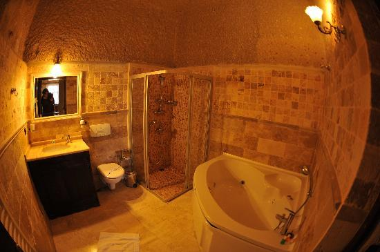 Traveller's Cave Hotel: Deluxe Double Room Toilet