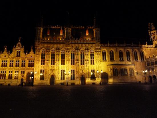 Absoluut Verhulst: Brugge square at night
