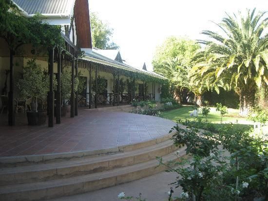 Hlangana Lodge : The patio overlooking the garden