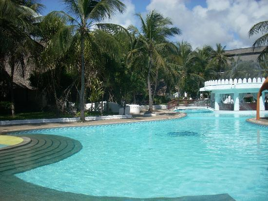 Southern Palms Beach Resort: One of the pools/pool bar