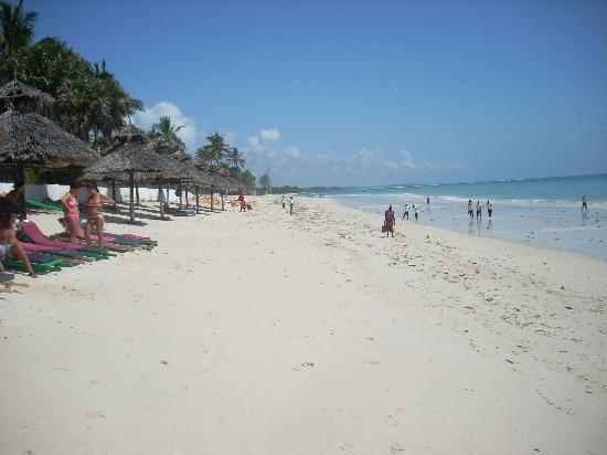 Southern Palms Beach Resort: The hotel private beach