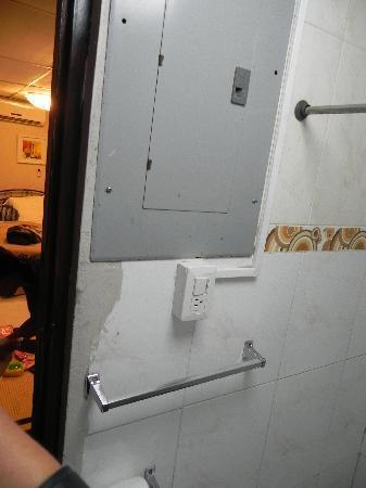 Centrum Tower Suites: caja de elctricidad dentro del baño