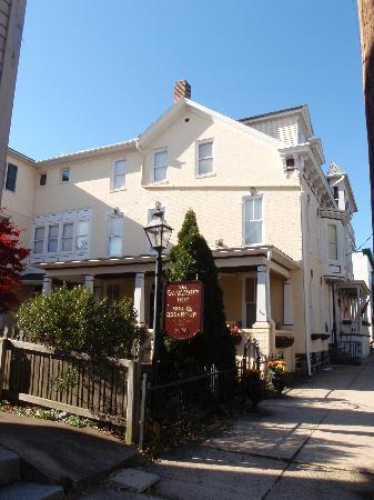 The Gaslight Inn Bed and Breakfast: The front of the Gaslight Inn!