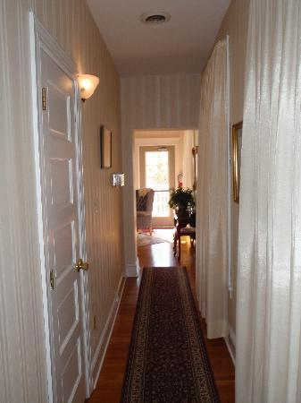 The Gaslight Inn Bed and Breakfast: 2nd floor hallway