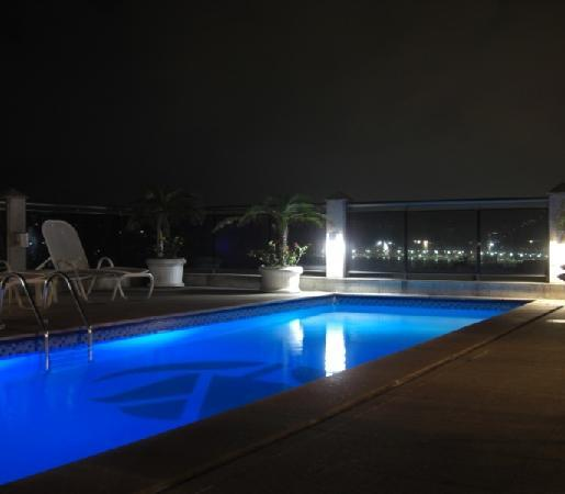Golden Tulip Rio Leme: Pool and roof top bar at night