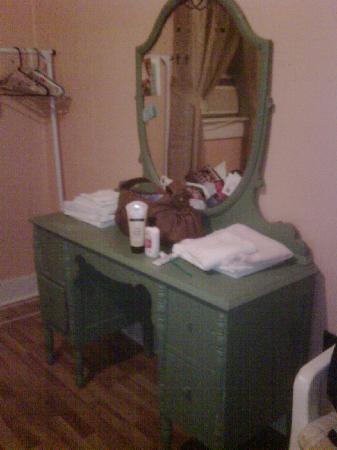Riverside Hotel: Matching dresser in Muddy's room