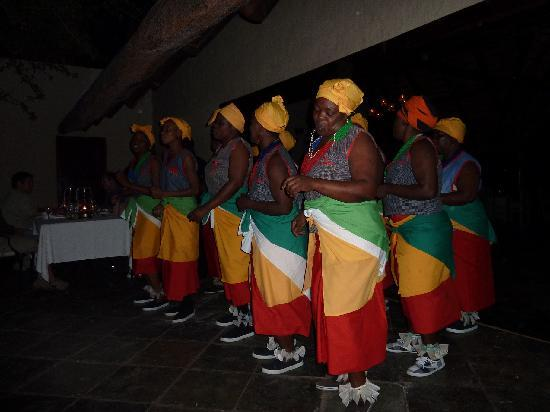 andBeyond Ngala Safari Lodge: Fabulous staff choir (entertained us in the boma after dinner)