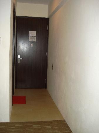 Pinnacle Hotel: narrow corridor leading to the bed