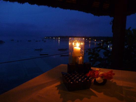 Coconuts Beach Resort: Evening
