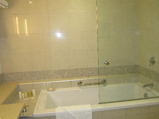 Radisson Blu Resort Fiji Denarau Island : salle de bain spacieuse