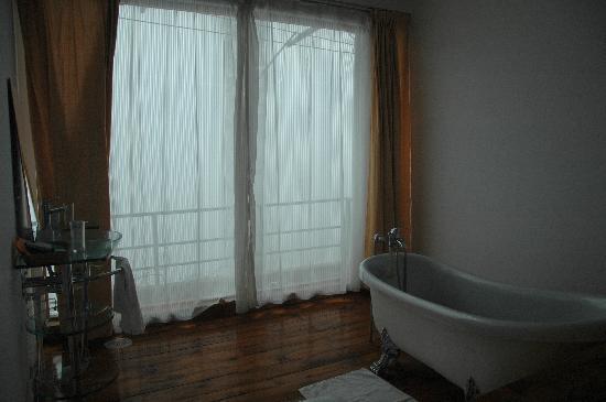 Fengyue Landscape Inn : bath room within the room