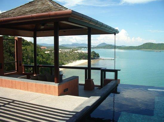 Cape Panwa, Tailandia: プライベートプールから眼下に広がる海