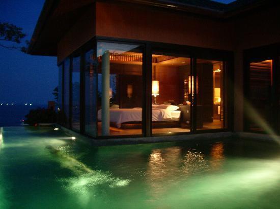 โรงแรมศรีพันวา ภูเก็ต: ライトアップされたプライベートプールからみたベッドルーム