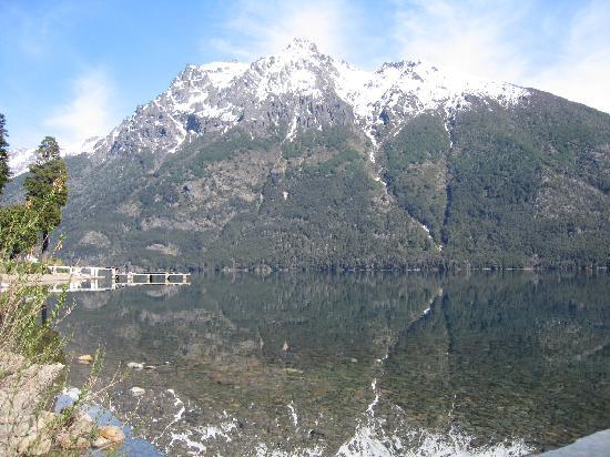 Bungalows Arauco Hue: reflejo de la montaña en el lago mascardi