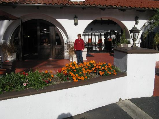 Holiday Inn Express San Clemente North: The front courtyard