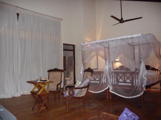 Sri Gemunu Beach Resort: Chalet von innen